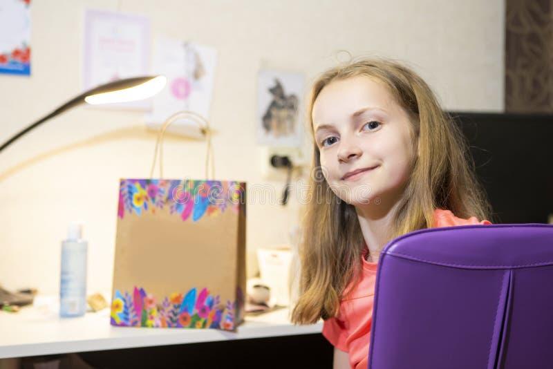 Portrait de l'adolescent féminin caucasien posant devant le Tableau à l'intérieur photo stock