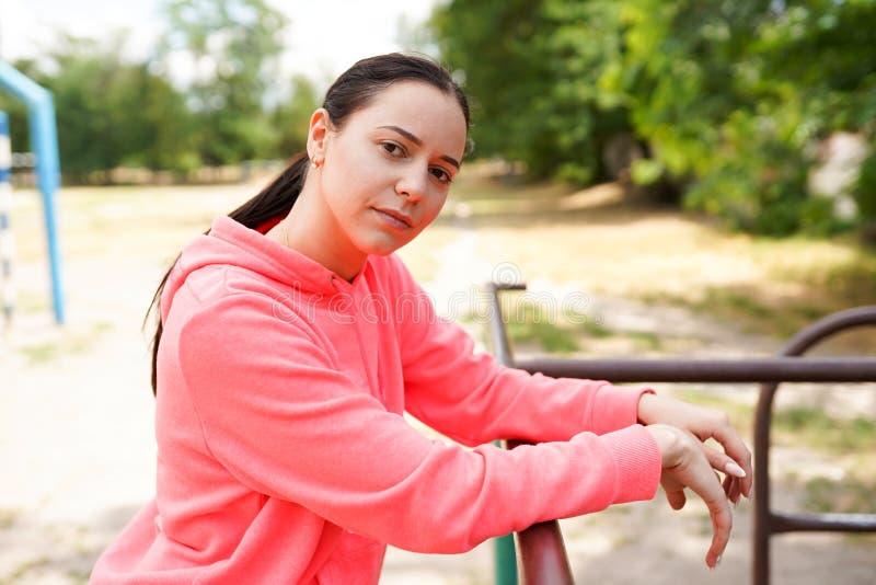 Portrait de l'ajustement et de la jeune femme sportive faisant des exercices, l'espace de copie Style de vie sain photographie stock libre de droits