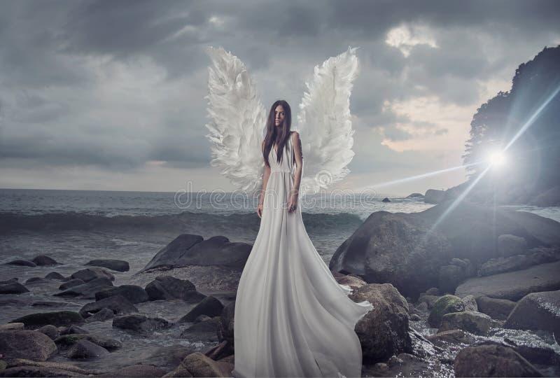 Portrait de l'ange brillant sur la roche pointue photos libres de droits