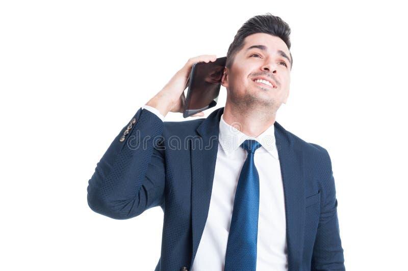 Portrait de l'avocat ou de l'entrepreneur heureux parlant sur le tabl numérique photographie stock