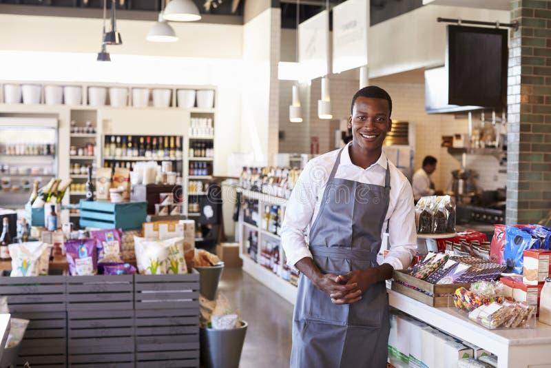 Portrait de l'employé masculin travaillant en épicerie fine image stock