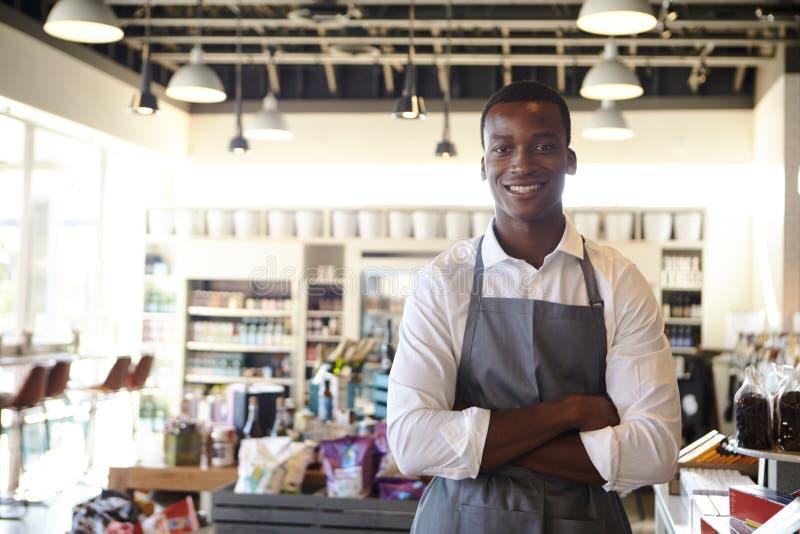 Portrait de l'employé masculin travaillant en épicerie fine photo libre de droits