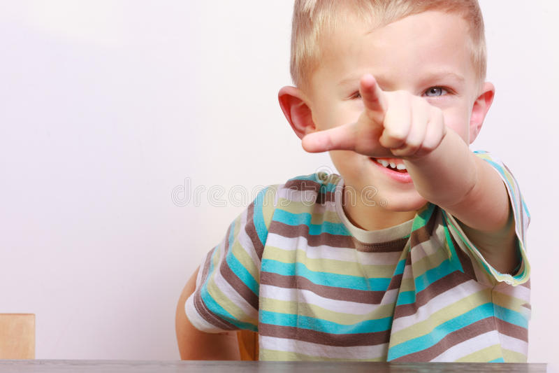 Portrait de l'enfant blond heureux d'enfant de garçon se dirigeant à vous à la table photos libres de droits