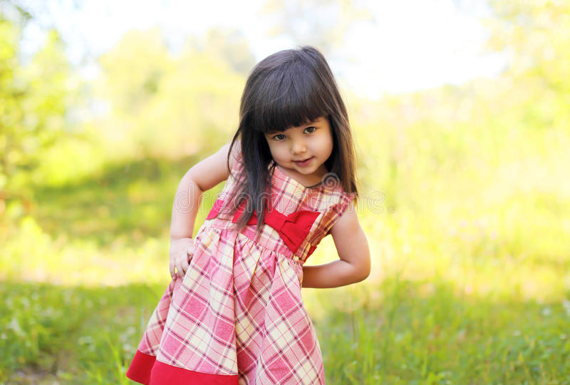 Portrait de l'enfant de petite fille portant une robe dehors en été image stock