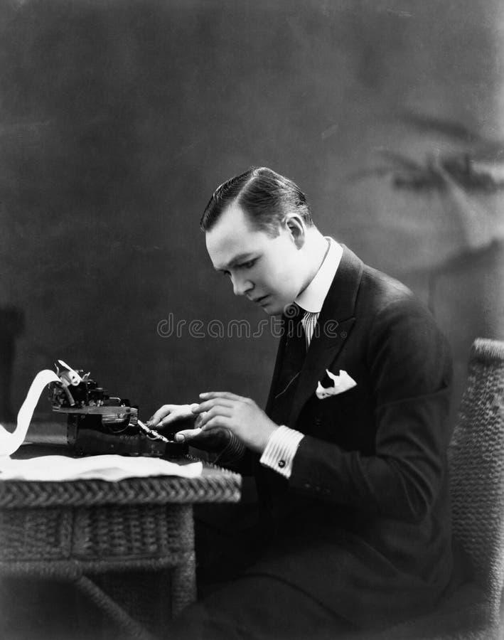 Portrait de l'homme à l'aide de la machine à écrire (toutes les personnes représentées ne sont pas plus long vivantes et aucun do image libre de droits