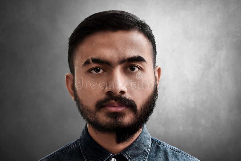 Portrait de l'homme avec la barbe ras?e par moiti? photographie stock libre de droits