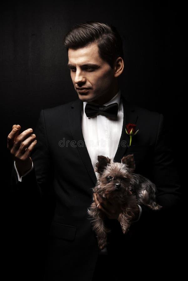 Portrait de l'homme avec le chien photo stock