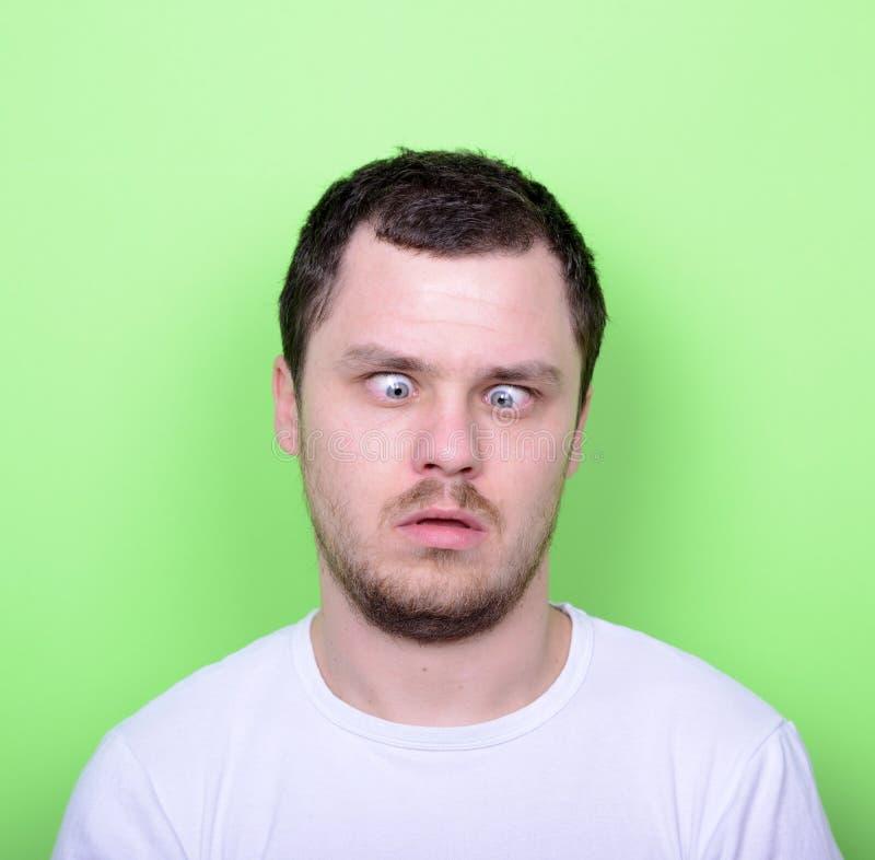 Portrait de l'homme avec le visage drôle sur le fond vert photo libre de droits