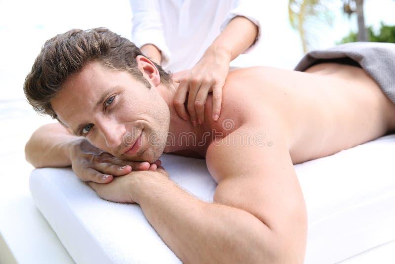 Portrait de l'homme ayant un massage image stock