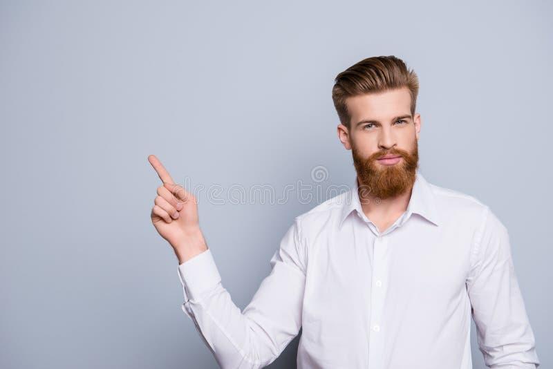 Portrait de l'homme barbu sûr sérieux se dirigeant avec des doigts photo libre de droits