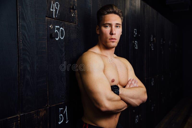 Portrait de l'homme bel de modèle de forme physique, torse dans le vestiaire Portrait avant ou après la séance d'entraînement image stock