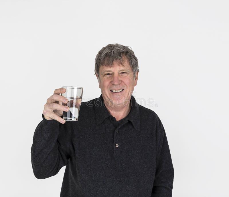 Portrait de l'homme bel semblant frais buvant un verre de l'eau photographie stock libre de droits