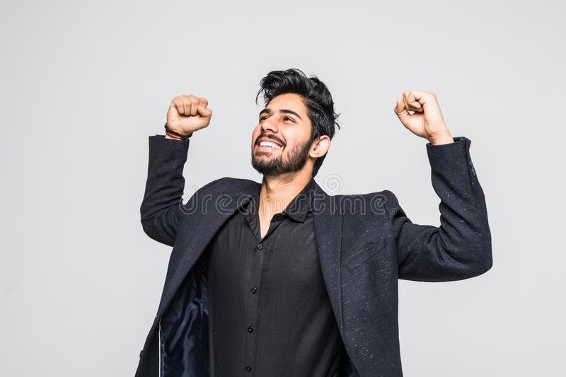 Portrait de l'homme d'affaires indien asiatique enthousiaste célébrant le succès au-dessus du fond blanc image stock