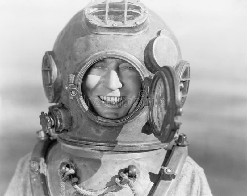 Portrait de l'homme dans le casque de plongée (toutes les personnes représentées ne sont pas plus long vivantes et aucun domaine  photographie stock libre de droits
