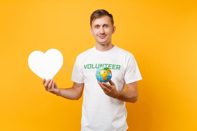 Portrait de l'homme dans le T-shirt blanc avec le titre écrit de vert d'inscription coeur volontaire de blanc de prise, globe du  photos libres de droits