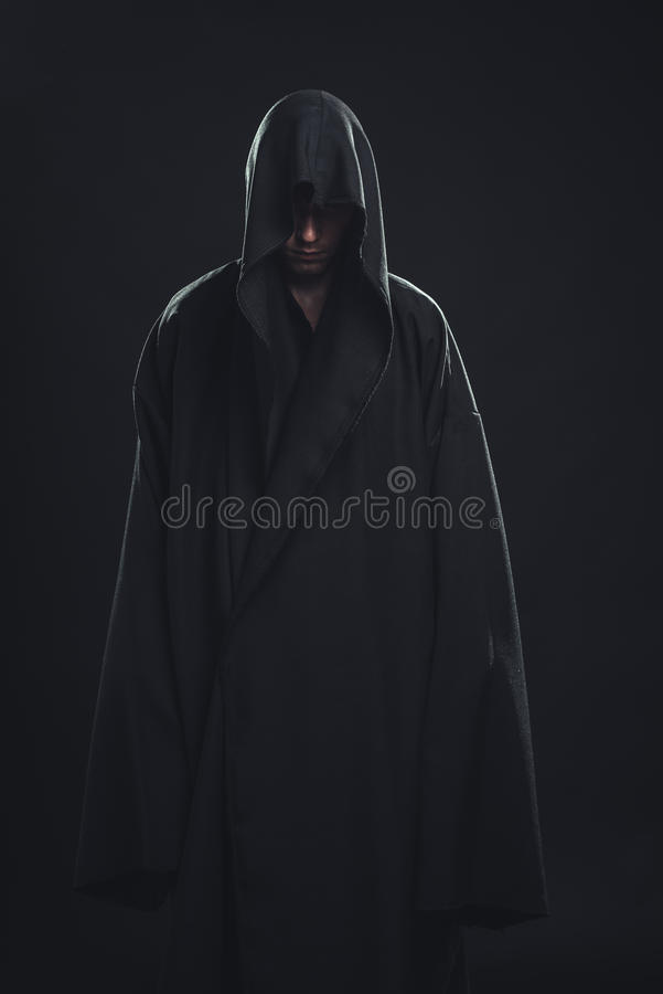 Portrait de l'homme dans une robe longue noire photographie stock