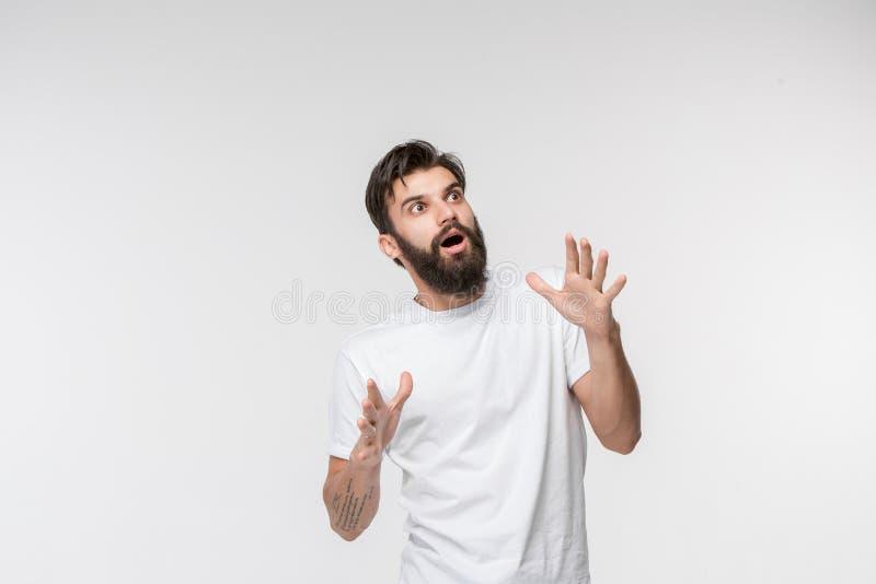 Portrait de l'homme effrayé sur le blanc photo stock