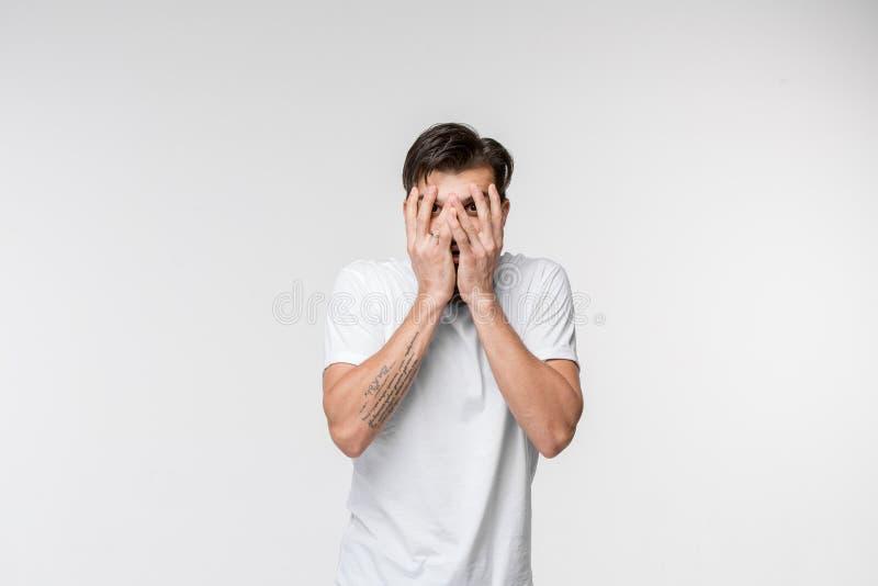 Portrait de l'homme effrayé sur le blanc images stock