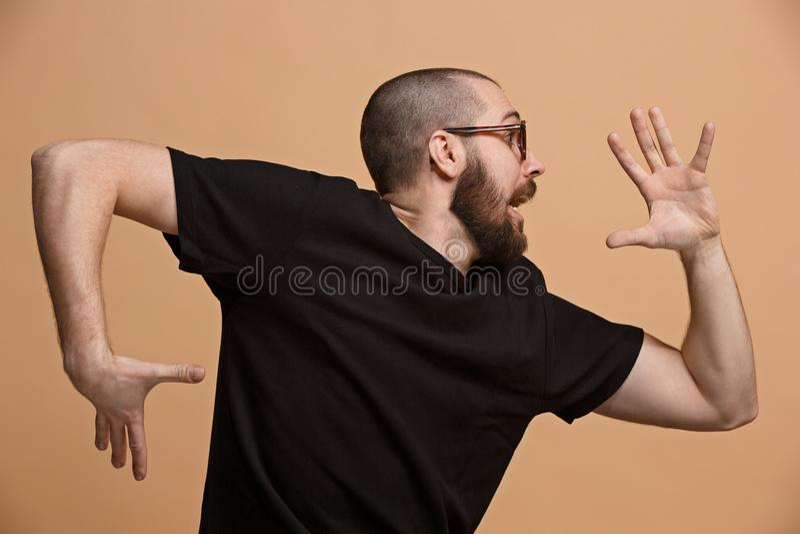 Portrait de l'homme effrayé sur le pastel image libre de droits