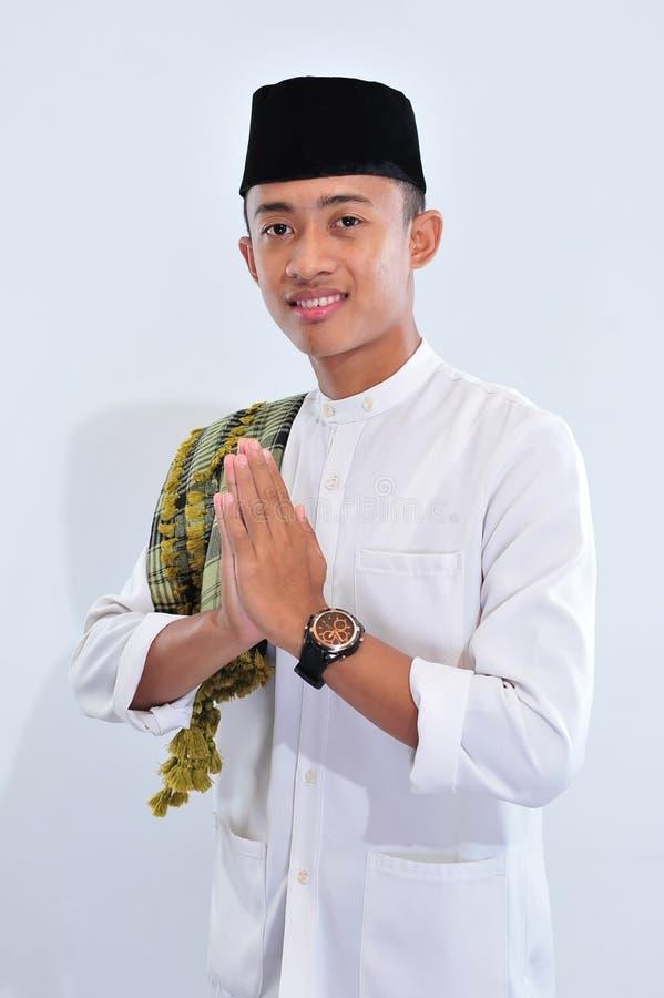 Portrait de l'homme musulman asiatique de sourire te souhaitant la bienvenue image libre de droits