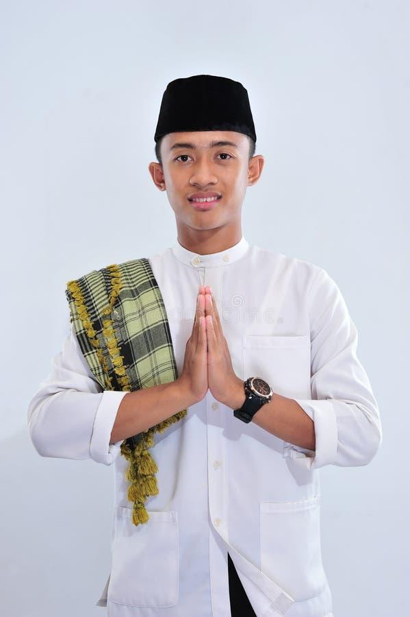 Portrait de l'homme musulman asiatique de sourire te souhaitant la bienvenue photographie stock libre de droits