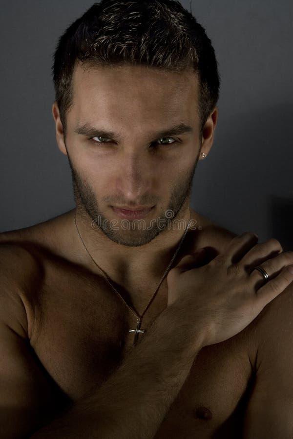 Portrait de l'homme nu bel posant dans le studio image libre de droits
