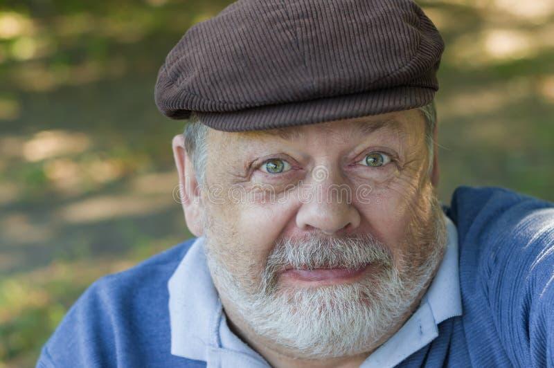 Portrait de l'homme supérieur barbu drôle et méfiant faisant le premier selfie images stock