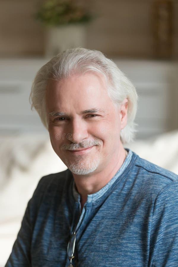 Portrait de l'homme supérieur de sourire de moustache posant pour l'image image libre de droits