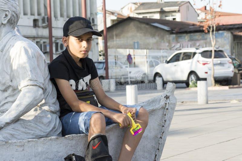 Portrait de l'IRAN de province de Gilan 10 juin 2019 d'un jeune adolescent vendant des fabricants de mémoires à bulles à la rue photo stock