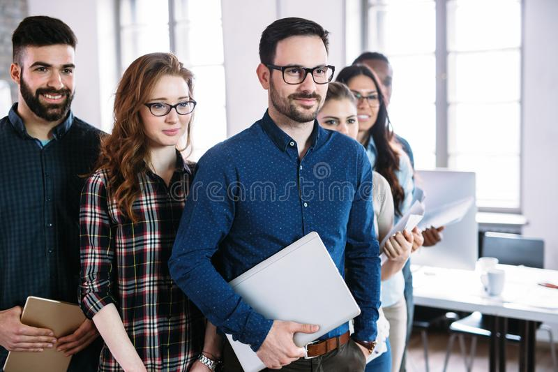 Portrait de l'?quipe r?ussie d'affaires posant dans le bureau photo stock