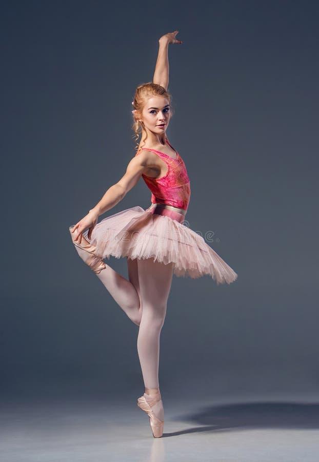Portrait de la ballerine dans la pose de ballet images libres de droits