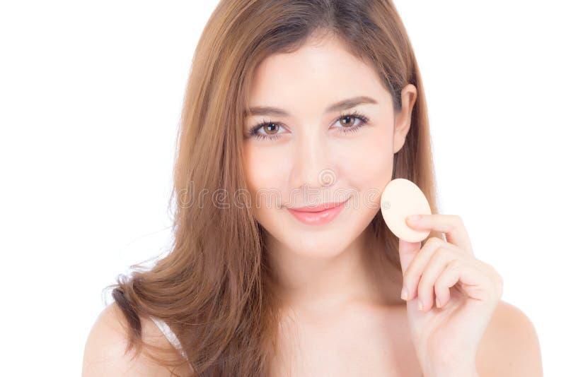 Portrait de la belle femme asiatique appliquant le souffle de poudre au maquillage de joue du cosm?tique, beaut? de la fille avec photos stock