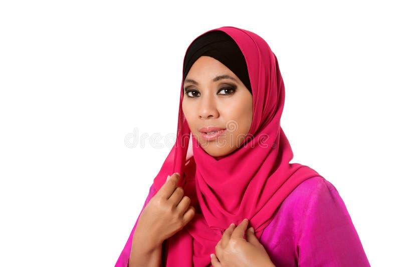 Portrait de la belle femme asiatique de muslimah d'isolement image stock