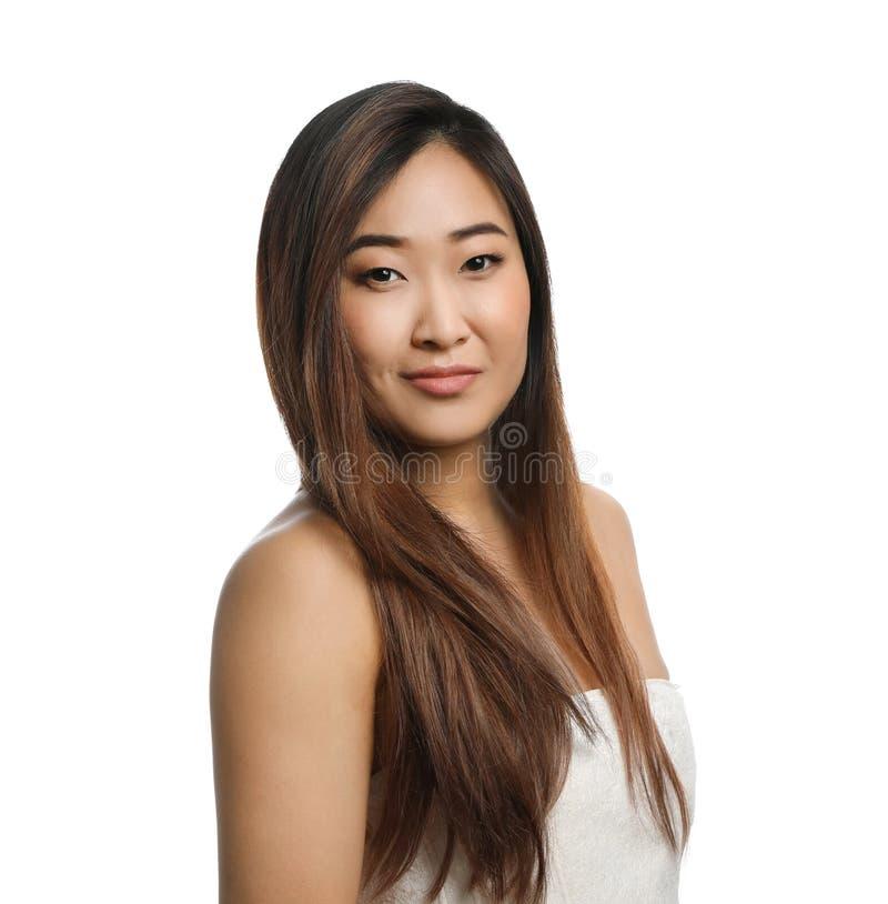 Portrait de la belle femme asiatique enveloppée en serviette d'isolement sur le blanc photographie stock libre de droits
