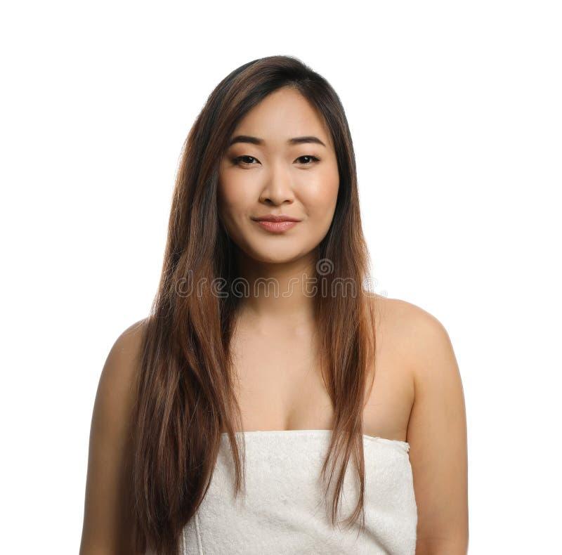 Portrait de la belle femme asiatique enveloppée en serviette Station thermale - 7 photos stock