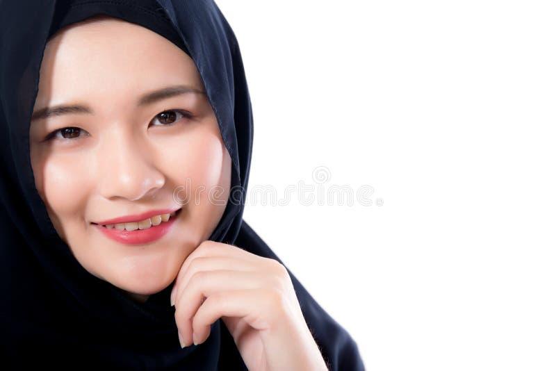 Portrait de la belle femme asiatique musulmane d'isolement sur le backg blanc photo stock