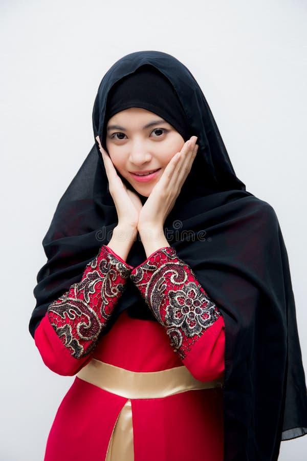 Portrait de la belle femme asiatique musulmane d'isolement sur le fond blanc avec heureux photos stock