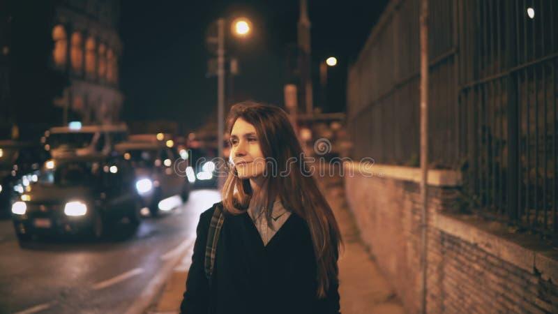 Portrait de la belle femme attirante marchant au centre de la ville près du Colosseum à Rome, Italie tard la nuit images libres de droits
