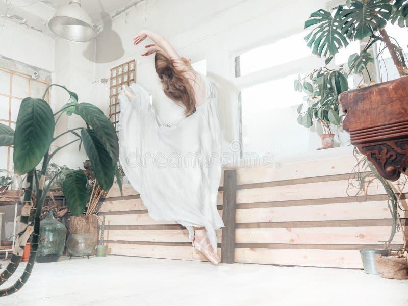 Portrait de la belle femme de balerina weared dans la robe blanche photographie stock libre de droits