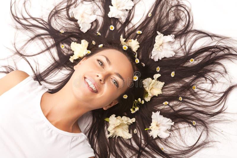 Portrait de la belle femme caucasienne de brune s'?tendant sur le plancher avec des cheveux ?cart?s image libre de droits