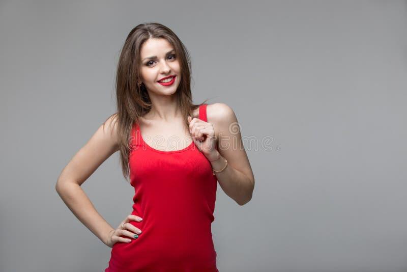 Portrait de la belle femme de brune posant dans le studio image stock