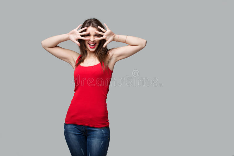 Portrait de la belle femme de brune posant dans le studio photographie stock libre de droits
