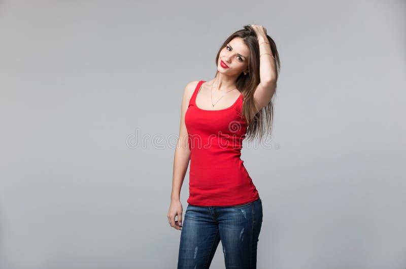 Portrait de la belle femme de brune posant dans le studio photo libre de droits