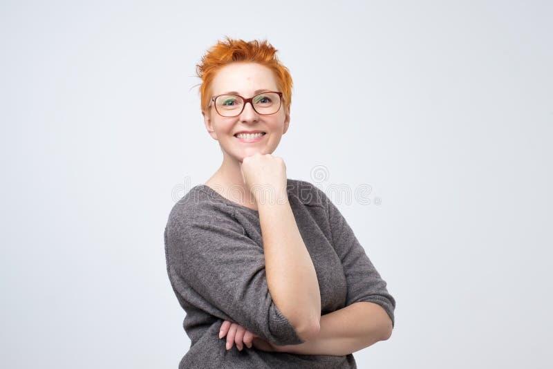 Portrait de la belle femme mûre se tenant et souriant avec des bras croisés images libres de droits