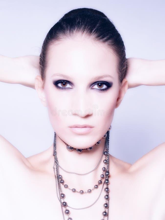 Portrait de la belle fille à la mode posant dans le studio photo libre de droits