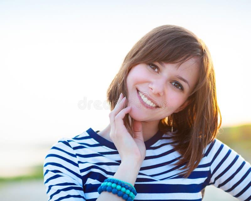Portrait de la belle fille de l'adolescence près de la mer photographie stock