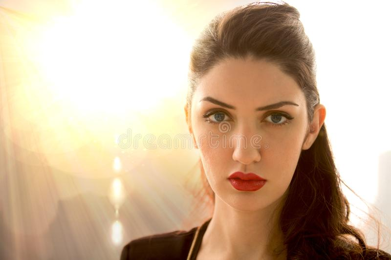 Portrait de la belle fille L romantique extérieur de jeunes et de brune photo libre de droits