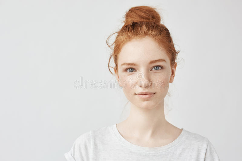 Portrait de la belle fille rousse souriant regardant l'appareil-photo images libres de droits