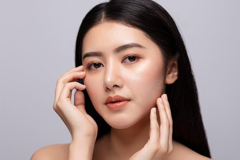 Portrait de la belle jeune femme asiatique nettoyant le concept de peau fraîche et nue La beauté des filles asiatiques fait face  photo libre de droits