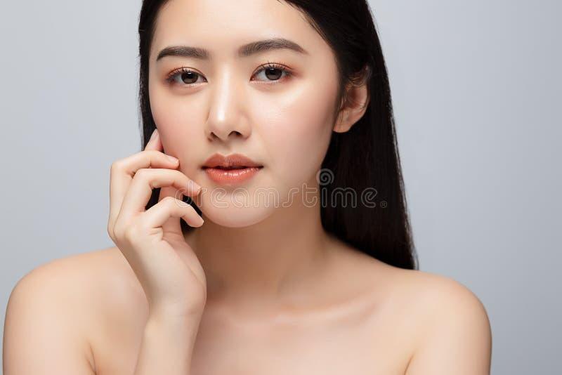 Portrait de la belle jeune femme asiatique nettoyant le concept de peau fraîche et nue La beauté des filles asiatiques fait face  images stock